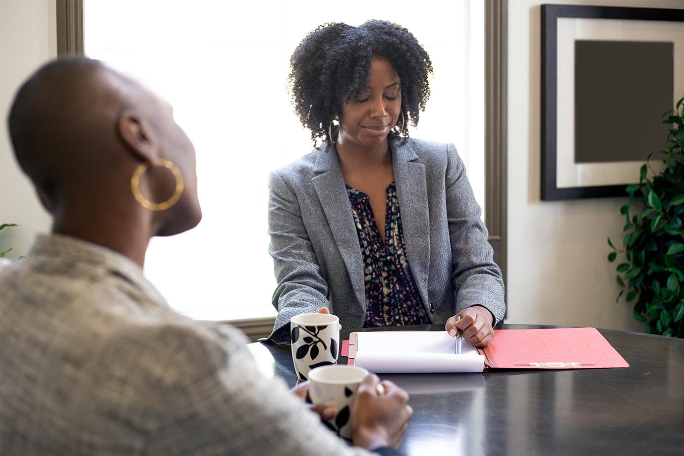 Deux femmes discutant autour d'un bureau